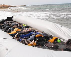惨不忍睹 大批偷渡难民命丧地中海