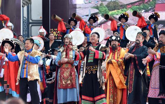 3月5日,表演者在开幕式上表演歌舞节目。