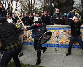 特朗普拥趸和反对者爆发群殴