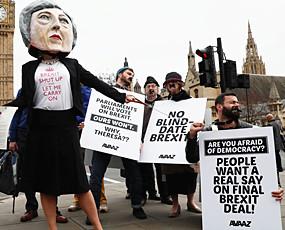 英国多地爆发示威 反对启动脱欧