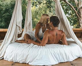 情侣环游世界 每张游照卖9千美元