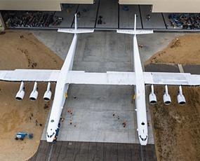 世界最大飞机亮相 翼展超117米