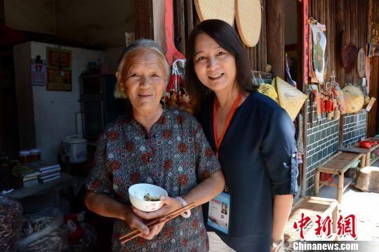 图为海外华文媒体与当地村民合影。 张金川 摄