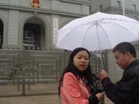 媒体记者雨中直播