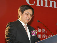 人民大学经济学院院长杨瑞龙读颁奖辞