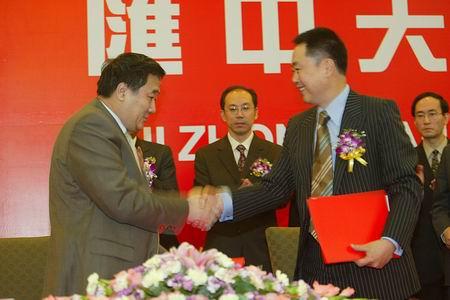 汇中天恒董事长李志达与健力宝总裁祝维沙签约