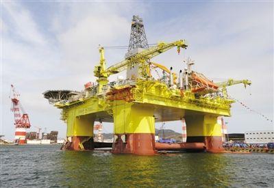 中海油建起的深水半潜式钻井平台正在工作。新华社发