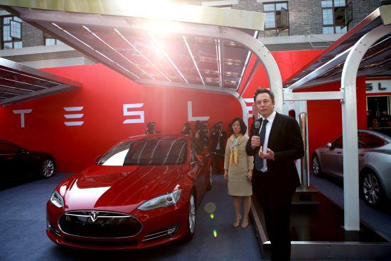 特斯拉创始人Elon Musk在汉能光伏充电站系统前发表讲话(图片来源:新浪财经)
