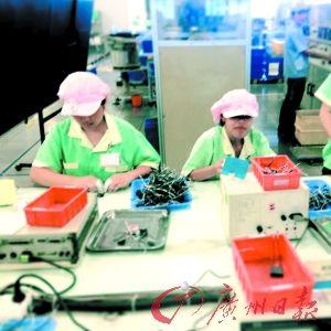 图为学生工正在车间里工作(暗访手机拍摄)。(广州日报记者葛宇飞、石忠情摄)