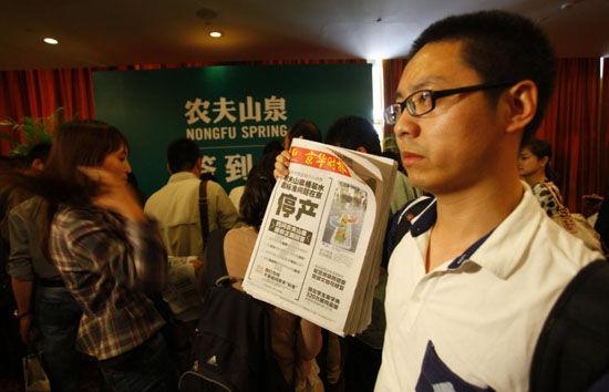 图为京华时报记者李斌等人大闹农夫山泉发布会。(资料图)
