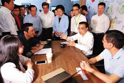 昨日,李克强来到中关村创业大街3W咖啡馆,与年轻人边喝咖啡边聊创业。据中国政府网