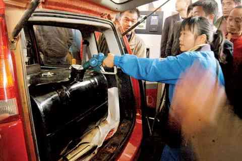 提桶抢油高价倒卖长沙加油站发现油耗子