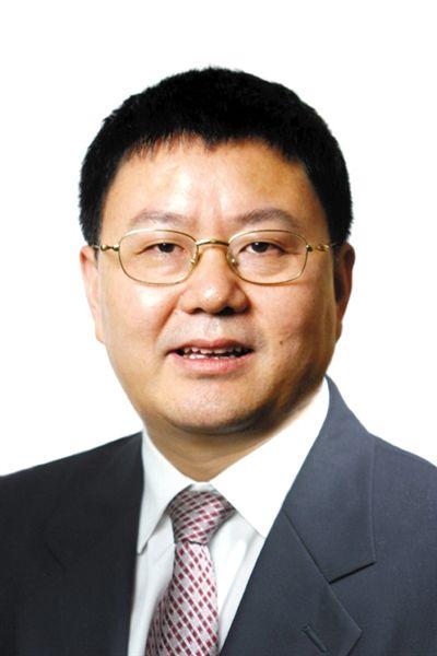 何华章 成都人,北京师范大学历史系毕业,1993年自筹资金创办《成都商报》,后担任成都日报报业集团党委书记、总编辑。2002年底,何华章转入政界。