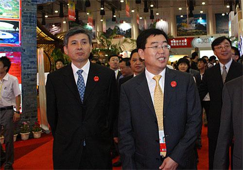 杜江和洪捷序巡视第六届海峡旅游博览会展馆