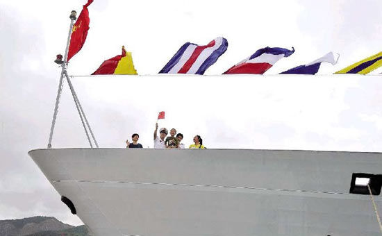 """舰船开放日登上""""舟山舰""""(图)"""