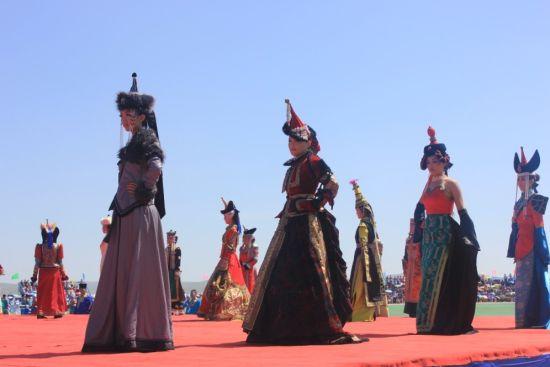 西乌珠穆沁民族服饰在那达慕大会上大放异彩