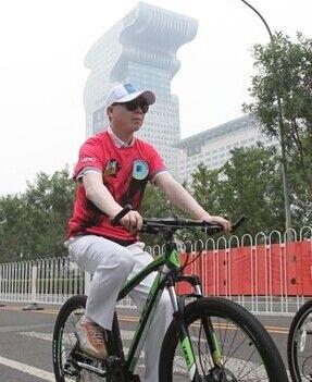 冯小刚携众文体明星公益骑行倡导绿色出行