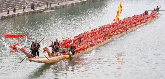 """贵州施秉:""""世界最长木龙舟""""成功入水"""