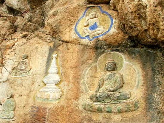高低山峰横亘交错 呼和浩特喇嘛洞召巍巍400年