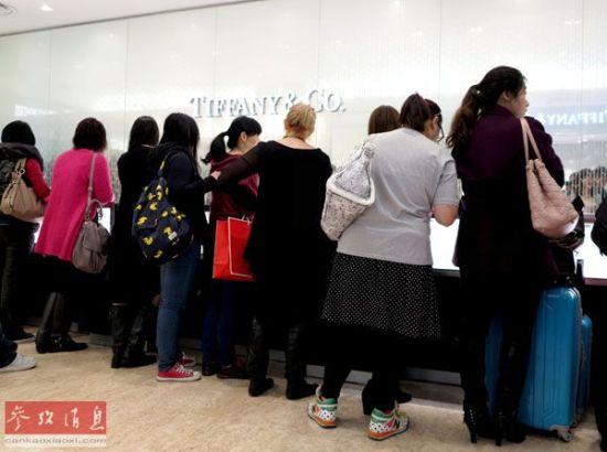 资料图片:内地游客在香港铜锣湾崇光百货某奢侈品牌柜台前挑选购物。新华社记者李莹摄。
