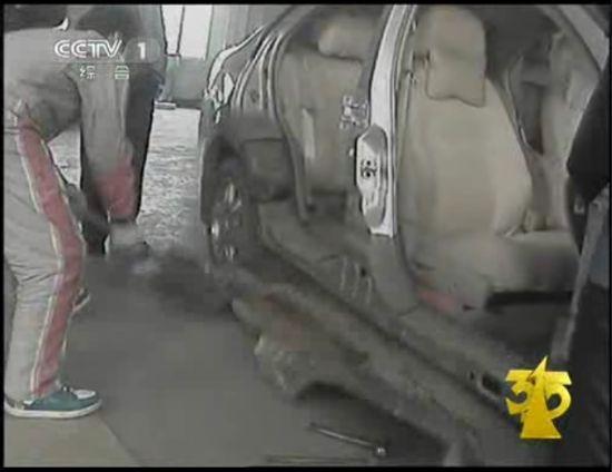 图为CCTV3月15日晚会曝光江淮同悦汽车因生锈问题进行切割维修。(图片来源:央视截图)
