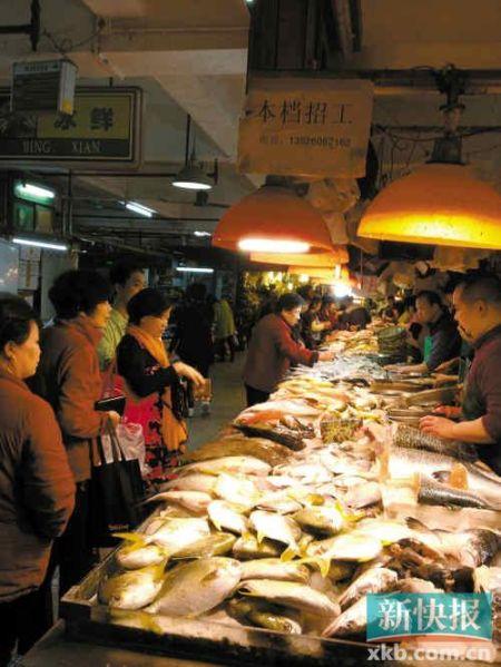 ■一家肉菜市场的鱼档生意十分红火。