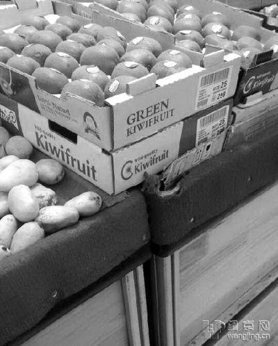 一只老鼠出现在水果销售区。来源:望京网