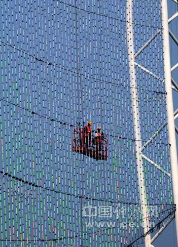 钢结构擎天塔柱组成,中间由双面共计约有8000平方米柔性led天幕屏连成