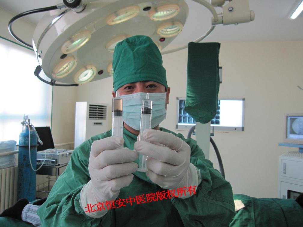 """北京 2011-06-14(中国商业电讯)--治疗时,五光十色的光束从导管内流过,术后,仅仅在患者的伤口处贴上一个创可贴,虽有""""宝石""""之称,但它并不是世界上最昂贵的手术,而疗效却是""""宝石""""级。 借助专业的医学设备,医生好比有了电子眼,在视觉清晰的条件下,通过导入一根细细的光纤,发射出激光,利用激光的能量,降低椎间盘内压力,缓解和消除对坐骨神经或椎动脉神经的压迫。这就是宝石激光消融术的治疗方式。 那么宝石激光消融术安全吗?北京恒安中医院骨科专家介绍说:它克服了"""