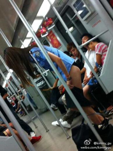美女更衣穿越求包养 雷人营销入侵地铁谁管图