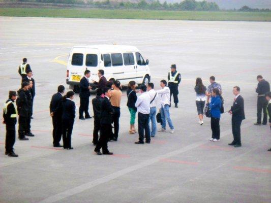 4月13日,受广州雷雨天气影响,贵阳飞往广州的CA4331延误,贵阳龙洞堡机场内多名乘客下到滑行道上与机场工作人员发生争吵