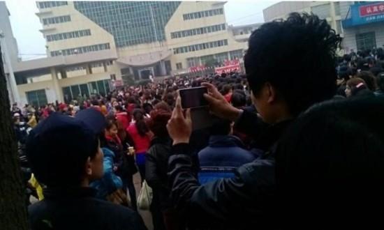 富士康江西工厂千人不满薪资待遇上街游行(图)