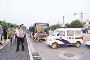 南京煤气管道被挖断致百辆公交拥堵(组图)