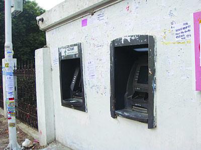 苏州史上最简陋ATM现身 网友笑称墙会吐钱(图)