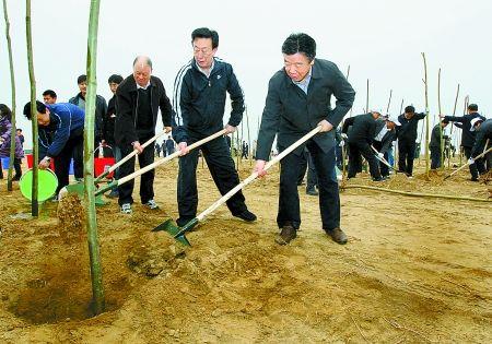 卢展工义务植树 称通过扎实工作提升河南人形象