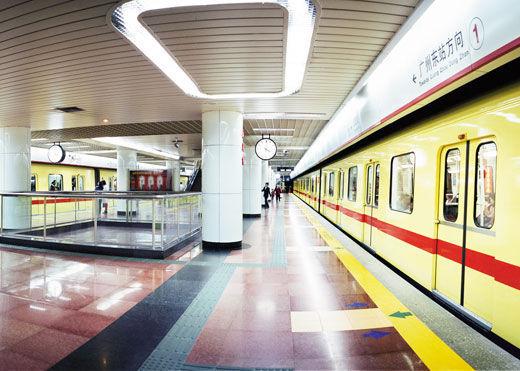 广州地铁翻新计划被疑劳民伤财 高中生举牌反对