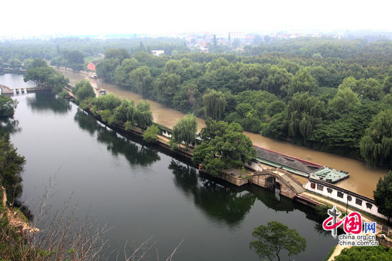 """浙江绍兴现""""阴阳河"""" 一墙之隔水质大不同"""