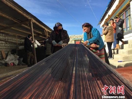 """西藏首批脱贫边境县巧用资源 """"智力""""脱贫"""