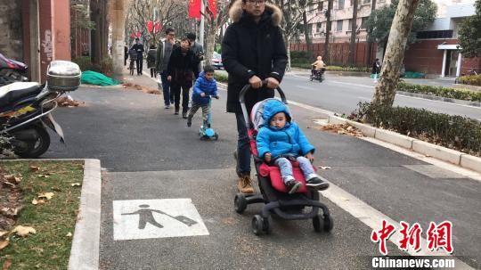 """上海开辟首条""""行李箱专用道"""""""
