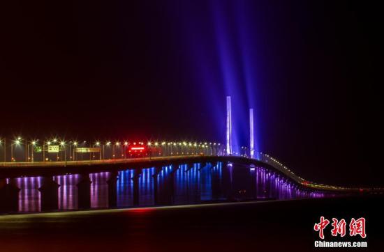 港珠澳大桥全线亮灯 主体工程具备通车条件