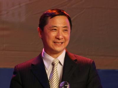图文:何志毅代表厉以宁领奖并发表获奖感言