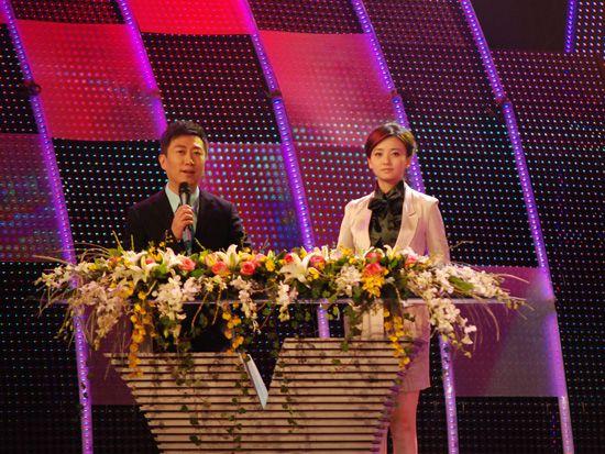 2010年12月15日,中央电视台《CCTV经济生活大调查》城市推广活动的第二站来到了大连。图为陈伟鸿与大连电视台主持人王玉。