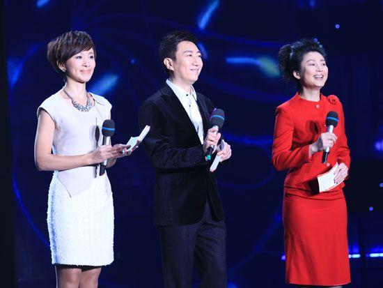 晚会主持人欧阳夏丹(左)、陈伟鸿(中)、王小丫(右)齐亮相(新浪财经 陈鑫 摄)