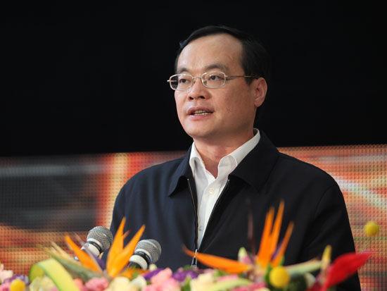 """由《经济观察报》社与北京大学管理案例研究中心共同主办的""""中国最受尊敬企业十年""""颁奖典礼于2011年4月22日在深圳企业大道举行。上图为深圳市副市长袁宝成。"""