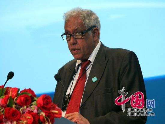 """由中国国际经济交流中心主办的""""第二届全球智库峰会""""于2011年6月25-26日在北京召开,主题为""""全球经济治理:共同责任""""。图为南非前总统府部长伊索普・帕哈德先生演讲。  图片来源:中国网"""