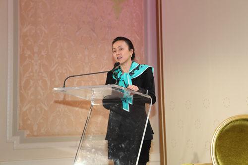 图文:中美企业家高峰论坛主持人李亦非_会议讲