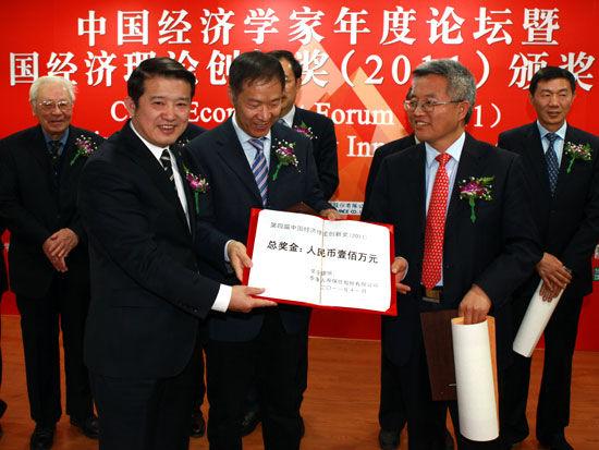 泰康人寿保险股份有限公司董事长陈东升颁发奖金(新浪财经 陈鑫 摄)