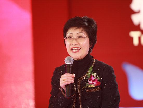 """""""第七届中国-企业社会责任国际论坛""""于2012年2月22日在北京举行。上图为大众汽车副总裁杨美虹。(图片来源:新浪财经 梁斌 摄)"""