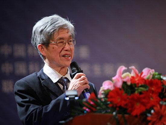 2012第五届中科院青年创业大赛开幕式于4月28日在北京举行。上图为中国工程院院士、中科院电工所研究员顾国彪。(图片来源:新浪财经 梁斌 摄)