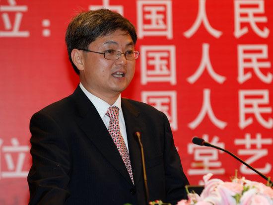 主持人中国人民大学经济学院院长杨瑞龙(来源:新浪财经 陈鑫 摄)